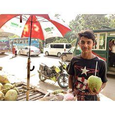 """34 Likes, 1 Comments - Kei (@kei1210) on Instagram: """"緊張してたミーティングが終わった勢いで、ココナッツウォーター一気飲み。約55円でした。行商人のおっちゃんに『やい、ベンガル語、頑張れやー』と励まされる。頑張ります🇧🇩 #ダッカ #バングラデシュ…"""""""