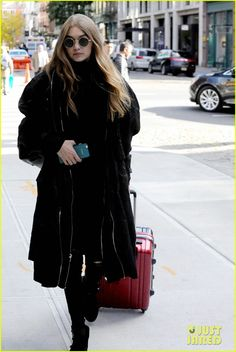 Gigi Hadid Returns to NYC After Enjoying Some Time in Beverly Hills: Photo #3794618. Gigi Hadid carries her luggage as she arrives back at her apartment on Wednesday afternoon (October 26) in New York City.    The 21-year-old model stayed warm in…