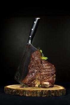T-bone steak (photo by Dmitriy Khoroshayev) Food Design, Boeuf Angus, Food Porn, Dark Food Photography, Meat Shop, Food Menu, Food Presentation, Food Plating, Meat Recipes