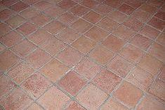 limpiar un piso de mosaicos