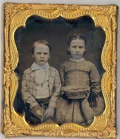 Victorian Childrens with Basket Daguerreotype Antique Photos, Old Photos, Vintage Photos, Vintage Children Photos, Civil War Fashion, Daguerreotype, American Civil War, Mirror Image, Vintage Photography