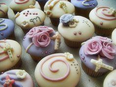 Cupcakes decorados con pastillaje y motivos en flores, perlas y glase