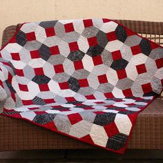 Adorable Kisses and Hugs quilt by @JulieQuigley! #aurifil #moda #juki