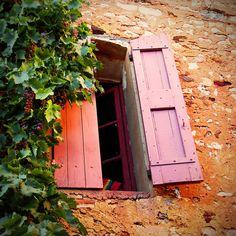 Les maisons sont comme les gens, elles ont leur âge, leurs fatigues, leurs folies...    ... Ou plutôt non ce sont les gens qui sont comme des maisons, avec leur cave, leur grenier, leurs murs et, parfois, de si claires fenêtres donnant sur de si beaux jardins (Christian Bobin).