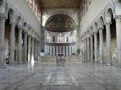 Basilica di Santa Maria Maggiore Roma. Costruita dal Pontefice Sisto III (432-440), è fra le basiliche paleocristiane quella meglio conservata. L'interno è suddiviso in tre navate con due file di colonne ioniche lisce e architravate.