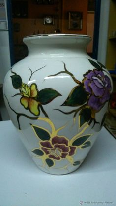 Espectacular jarrón de porcelana. Pintado a mano con pan de oro.