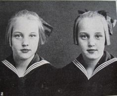 People have long been fascinated by identical twins, so here are some beautiful vintage photographs of identical twins. Vintage Children Photos, Vintage Twins, Vintage Pictures, Children Pictures, Twin Girls, Twin Sisters, Twin Photos, Old Photos, Girls Holding Hands