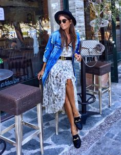 Chemise en jean sur robe fleurie : un look qui nous donne envie de faire un retour en été !