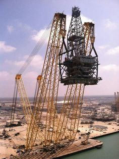 Lifting the derrick of Shell's oil rig Olympus at Kiewit Shipyard in Ingallside, TX.
