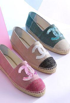 Espadrilles, tweed & stoff-grün, rot & beige - CHANEL Chanel Espadrilles, Chanel Shoes, Pretty Shoes, Beautiful Shoes, Cute Shoes, Me Too Shoes, Chanel Fashion, Fashion Shoes, Totes