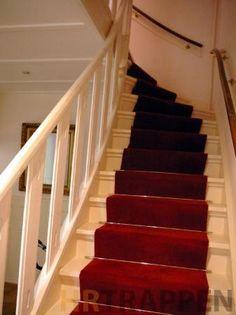 Jaren 30 trap terug gebracht in originele staat met loper i Stair Decor, Vestibule, Carpet Stairs, Wooden Furniture, Home And Living, Shabby Chic, New Homes, Exterior, Flooring