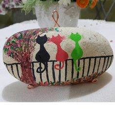 Cats.. Painted Rocks Craft, Hand Painted Rocks, Stone Art Painting, Rock Painting, Craft Projects, Projects To Try, Craft Ideas, Story Stones, Rock Crafts