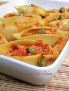 Pasta ripiena di tonno, capperi, salsa di pomodori secchi e yogurt bianco. Un piatto ottimo, molto gustoso e invitante.