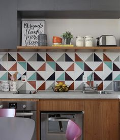 45 Beautifful And Cozy Colourfull Kitchen Ideas - Retro kitchen decor can be tricky to get right in a modern kitchen. When you design your kitchen you want to get a feel for the era that has inspired . Retro Kitchen Decor, Kitchen Tiles, Design Your Kitchen, Interior Design Kitchen, Kitchen On A Budget, Cool Kitchens, Kitchen Remodel, Decoration, Sweet Home