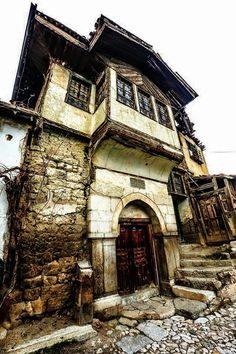 Google+Sulusokak ta eski bir ev TOKAT - TURKEY foto- Kenan KayhanO.Faruk Uzar Old Stone Houses, Old Houses, Beautiful Ruins, Beautiful Places, Beautiful Stairs, Ottoman Empire, Istanbul Turkey, Historic Homes, Traditional House