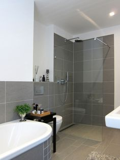 Kleines Bad Fliesen   Helle Fliesen Lassen Ihr Bad Größer Erscheinen | WC |  Pinterest | Bath, Ensuite Bathrooms And Toilet