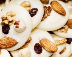 Mendiants légers de fruits secs au chocolat blanc : http://www.fourchette-et-bikini.fr/recettes/recettes-minceur/mendiants-legers-de-fruits-secs-au-chocolat-blanc.html