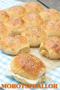 Morötter i degen gör bröden extra saftiga och goda. Frallorna är goda till frukost eller till en sallad, soppa eller på en buffé. Även mina barn älskar dessa bröd. Frys in bröden som blir över och ta