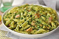 La Pasta al pesto di rucola e salmone è un primo piatto semplice e veloce ideale per chi vuole di mangiare un primo non calorico ma gustoso.