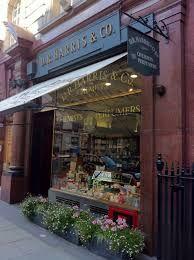 """perfumería de D.R.Harris. En el número 29 de St James Street, Londres, desde 1790, en la que se pueden encontrar desde tradicionales remedios como el reconstituyente Pick-me-up, a clásicas colonias como la Arlington pasando por excelentes aftershaves como el Pink, o extraordinarias fragancias de baño como """"Verbena"""""""