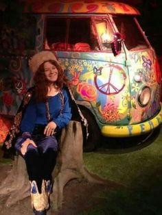 ♡♥Janis Joplin relaxes sitting in a stump near her psychedelic van♥♡♫♫♥♥♫♫♥♫♥JML Janis Joplin, Hippie Love, Hippie Man, Arya Stark, Heavy Metal, Rainha Do Rock, Jon Snow, El Rock And Roll, Acid Rock