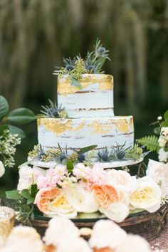 Beautiful boho wedding cake! Photo: Brianna Wilbur