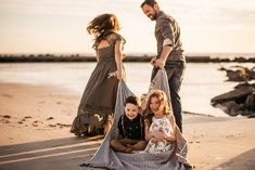 Family Portrait Poses, Family Picture Poses, Family Portrait Photography, Family Photo Sessions, Family Posing, Family Family, Photography Storytelling, Beach Family Photography, Family Christmas