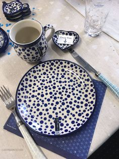 Nieuw Bunzlau Castle decor voor 2016/17 Blue And White Style, Blue And White China, Blue China, Blue And White Dinnerware, Pottery Patterns, Beautiful Interior Design, Pottery Mugs, Polish Pottery, Ginger Jars