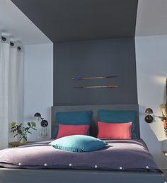 Une tête de lit en trompe l'œil réalisée à l'aide d'une simple bande de peinture qui file du mur au plafond. http://www.castorama.fr/store/pages/idees-decoration-facile-tete-de-lit.html