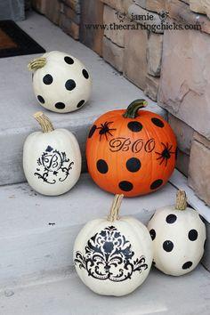 i SO want a white monogrammed pumpkin!