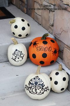 i SO want a white monogrammed pumpkin!