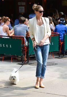 Olivia Palermo con blazer blanco y vaqueros