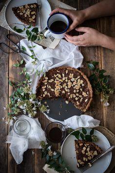 Crostata integrale con ripieno di cocco, cioccolato e mandorle