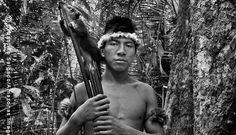 O jovem guerreiro Jui´i posa com seu quati de estimação antes de sair à caça.