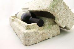 """Micélio é como cola: gruda em qualquer coisa que aparecer pela frente – normalmente, matéria orgânica de baixo valor como caules de planta, cascas ou algodão – para criar uma rede super-densa de segmentos. A Ecovative cria isso em caixas escuras durante cinco a sete dias, e depois usam o calor extremo para impedir o crescimento de esporos. """"Esporos vêm do corpo frutificado, ou cogumelo"""", explica Sam Harrington, da Ecovative."""