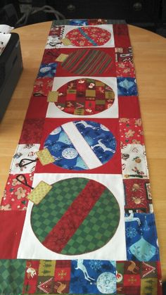 Christmas Present Table Runner Pattern Christmas Patchwork, Christmas Sewing, Christmas Projects, Holiday Crafts, Christmas Quilting, Purple Christmas, Coastal Christmas, Diy Christmas, Christmas Ornament