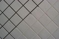 Por várias razões o azulejo é das superfícies mais simples e cómodas quando nos referimos a limpeza de pisos e paredes em casas de banho, cozinhas e/ou áre