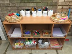 The reason why I chose this picture is because it is a fun idea to add in outdoor play. Classroom Layout, Classroom Organisation, Outdoor Classroom, Classroom Design, Preschool Classroom, Preschool Art, Kindergarten, Art Area Eyfs, Creative Area Eyfs