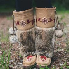 If we had to pick our most iconic mukluk (not an easy task)—the Metis might just be it. From its careful construction and suede-and-fur exterior to its signature beadwork, the Metis is steeped in tradition. Moccasin Boots, Shoe Boots, Indian Boots, Native American Moccasins, Indian Men Fashion, Mens Fashion, Beaded Moccasins, Over Boots, Winter Boots