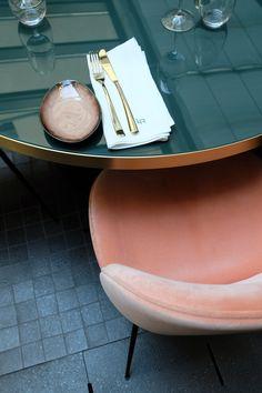 Plateau de table en verre noir. LE ROCH HOTEL - SARAH LAVOINE