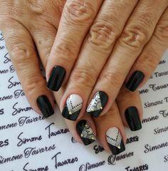 O outono começou e com ele as tendências de unhas que passam a tomar conta do visual feminino, são unhas lindas e variadas para todos os gostos, e um modelo que está bombando é a unha preta e branca que é a principal tendência de outono. As unhas decoradas preto e branco tendências outono 2018… Gorgeous Nails, Pretty Nails, Sexy Nails, Easy Nail Art, Pedicure, Nail Art Designs, Nail Polish, Nailart, Beauty