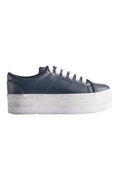 Sneaker με ανυψωμένη σόλα κατασκευασμένη από γόμα, ύψους 5 cm, σε μπλε οcean χρώμα, κατασκευασμένα από δέρμα, δένουν με μαύρο λευκό κορδόνι στο ύψος του αστραγάλου και είναι διακοσμημένα με την τεχνική όπου η σόλα φαίνεται πολυκαιρισμένη, χαρίζουν άνεση και στυλ σε όσες θέλετε πραγματικά να ξεχωρίζετε με τις εμφανίσεις σας.