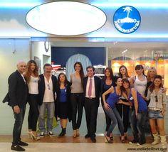 Foto di gruppo davanti al Centro Estetico Mary Club (Centro Commerciale Cremona Due) per l'evento di presentazione dei jeans anticellulite Snelli & Belli, alla presenza del nostro testimonial Raffaello Tonon!