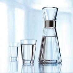 With its simple design and steel collar, the Rosendahl Grand Cru Carafe is a stylish and practical addition to the table, from breakfast to dinner. Serve ice-cold, refreshing water and add mint, slices of lemon or frozen berries to give the water … Eat Sleep Live, Cloud Craft, Water Carafe, Drinking Fountain, Grand Cru, 6 Pack, Medicine Cabinet Mirror, Reclaimed Wood Furniture, Subtle Textures