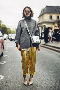 gold pants at Paris Fashion Week Street Style Spring 2018 Day 7 Cont London Fashion Weeks, Fashion Week Paris, Fashion 2018, New York Fashion, Spring Fashion, Autumn Fashion, Fashion Trends, Fashion Mode, Milan Fashion