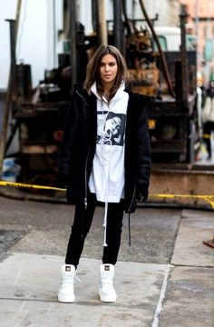 hoodie outfit oversized Wear a Pair With an Oversize Hoodie Oversized Hoodie Outfit, Hoodie Outfit Casual, Cute Casual Outfits, Tomboy Winter Outfits, Sweater Hoodie, Cold Day Outfits, Oversized Clothing, Emo Outfits, Summer Outfits