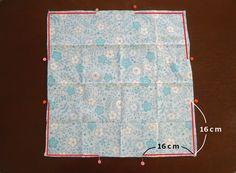 ハンカチを2枚重ねて数カ所縫うだけ!あっという間にできあがる巾着の作り方をご紹介します。お弁当箱袋に最適!広げると正方形の平面布になるためランチクロスとしても使えますよ。リバーシブルで使えるのもポイントです!