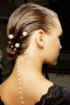 Chanel pearls for your hair ! Undone Look, Diy Beauté, Pearl Hair Pins, Chanel Spring, Wet Look, Wet Hair, Mode Style, Hair Trends, Hair Inspiration