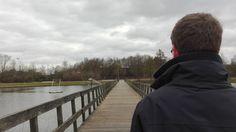 Concept 1 - illusies: Hier lijkt het alsof de jongen over de brug loopt, maar eigenlijk staat hij helemaal niet op de brug.