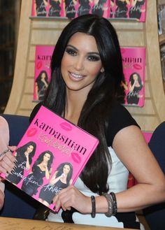 Kim Kardashian Photos Photos: Kim Kardashian, Khloe Kardashian And Kourtney Kardashian Book Signing Kim Kardashian 2010, Kardashian Photos, Kardashian Style, Kardashian Jenner, Kylie Jenner, Kardashian Fashion, Ile Saint Louis, Book Signing, Celebs